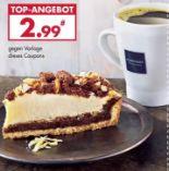Ein Stück weißer Schoko Pekanuss-Kuchen + ein Pott Kaffee von Karstadt